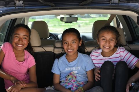 3 girls in back of car by Jim Strasma on Unsplash